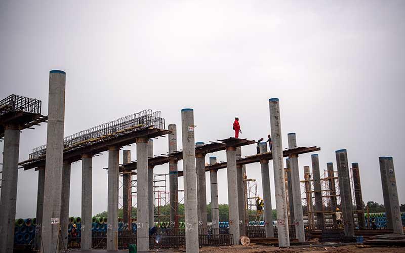 Sejumlah pekerja menyelesaikan pembangunan proyek tol Trans Sumatera ruas Palembang-Bengkulu Seksi Indralaya-Prabumulih di Indralaya, Ogan Ilir (OI), Sumatera Selatan, Kamis (3/9/2020). Pembangunan tol sepanjang 65 km tersebut ditargerkan rampung pada 2021. ANTARA FOTO - Nova Wahyudi