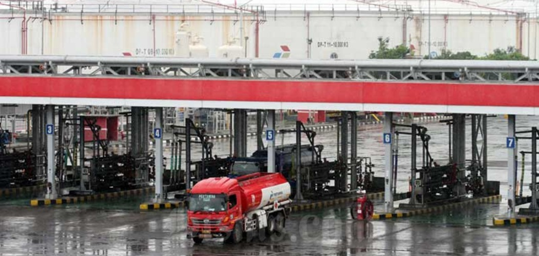 Aktivitas pengisian truk tangki untuk distribusi bahan bakar minyak (BBM) di Depo BBM Pertamina di Plumpang, Jakarta, Senin (4/5/2020). - Bisnis/Dedi Gunawan