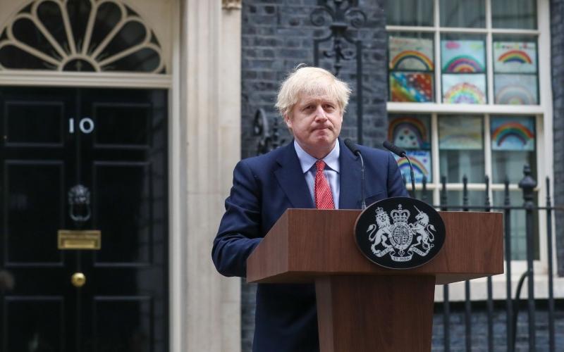 Perdana Menteri (PM) Inggris Boris Johnson ketika memberikan keterangan di luar kantornya di 10 Downing Street di London, Inggris, Senin (27/4/2020). - Bloomberg/Simon Dawson
