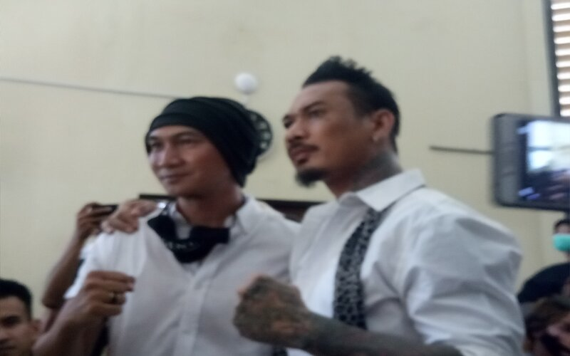 I Gede Ary Astina (kanan) dan mantan vokalis grup musik drive Erdian Aji Prihartanto (kiri).