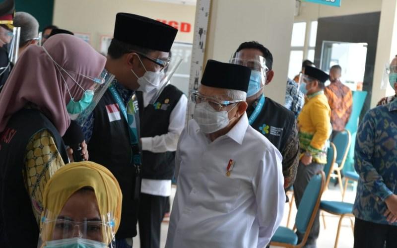 Wakil Presiden Ma'ruf Amin (tengah) sedang berbincang dengan Gubernur Jawa Barat Ridwal Kamil ketika meninjau pelaksanaan simulasi vaksinasi di Cikarang Kabupaten Bekasi, Jawa Barat, Kamis (19/11/2020) - Dok./Setwapres,