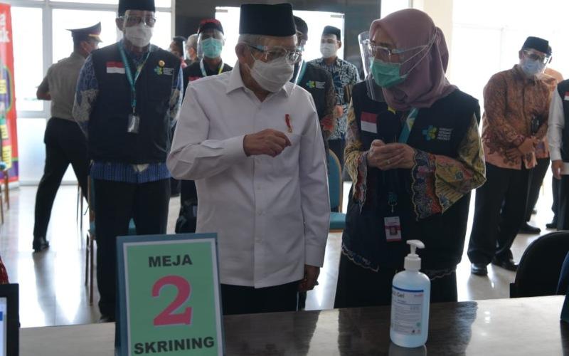 Wakil Presiden Ma'ruf Amin (tengah) tengah mendengarkan penjelasan terkait tahapan vaksinasi Covid-19 ketika meninjau pelaksanaan simulasi vaksinasi di Cikarang Kabupaten Bekasi, Jawa Barat, Kamis (19/11/2020) - Dok./Setwapres,