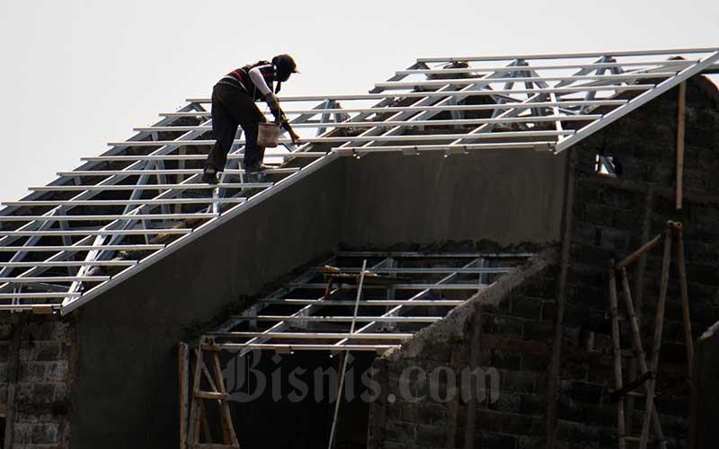 Pekerja beraktivitas di proyek pembangunan perumahan di Bogor, Jawa Barat, Senin (30/3/2020). Bisnis - Abdurachman