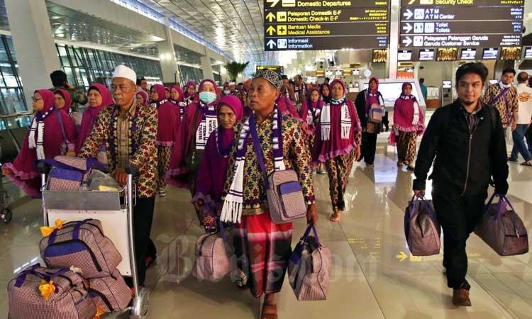 Calon Jamaah Umroh meninggalkan bandara setelah mendapat kepastian gagal berangkat ke Tanah Suci Mekah di Terminal 3 Bandara Soekarno Hatta, Tangerang, Banten, Kamis (27/2/2020). Bisnis - Eusebio Chrysnamurti