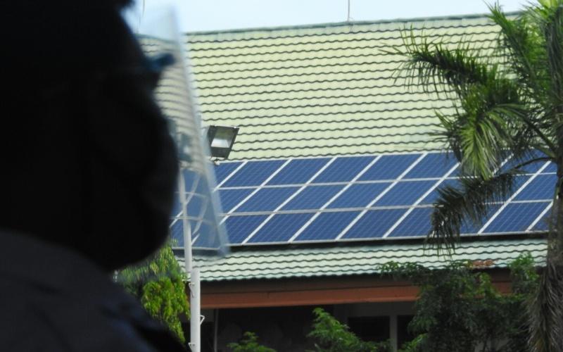 PLTS atap terpasang di sebuah gedung di Denpasar, Bali. - Bisnis/Feri Kristianto