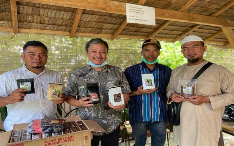 Ketua Dewan Kopi Sumsel M. Zain Ismed (kedua kiri) berfoto bersama para petani kopi Pagaralam yang tergabung dalam Dewi Sekopi Besemah. Bisnis/Dinda Wulandari