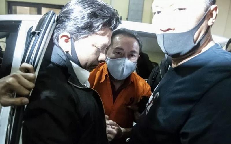 Djoko Tjandra (tengah) yang ditangkap di Malaysia digelandang petugas kepolisian setibanya di kantor Bareskrim Mabes Polri, Jakarta, Kamis (30/7/2020). - Antara