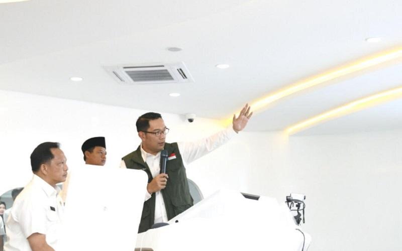 Gubernur Jabar Ridwan Kamil (kanan)