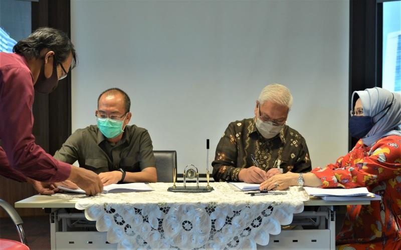 Direktur Utama Bank Sumsel Babel Achmad Syamsudin (kanan) bersama Direktur Utama PDAM Tirta Musi Palembang Andi Wijaya (kiri) menandatangani perjanjian fasilitas pembiayaan. istimewa