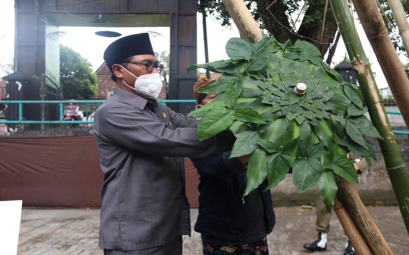 Wakil Wali Kota Malang Sofyan Edi Jarwoko terkesan dengan payung dengan motif dedaunan karya Mbah Rasimun pada pembukaan Pameran Payung Mbah Rasimun di Malang, Kamis (19/11/2020). - Istimewa