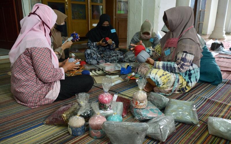 Sejumlah ibu rumah tangga mengikuti pelatihan membuat produk kerajinan souvenir di Pusat Kegiatan Belajar Masyarakat (PKBM) Ruman Aceh, Desa Blang Cut, Banda Aceh, Aceh, Kamis (12/11/2020). - Antara/Ampelsa.