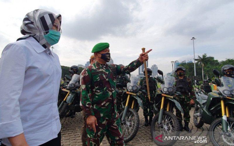 Pangdam Jaya/Jayakarta Mayjen Dudung Abdurachman mengecek kesiapan anggota menjaga Pilkada serentak di Tangerang Selatan didampingi Wali Kota Tangerang Selatan Airin Rachmi di Monumen Nasional, Jumat (20/11/2020). (ANTARA - Livia Kristianti)