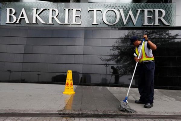Seorang pekerja membersihkan lantai pelataran gedung Bakrie Tower di Jakarta. Bakrie Tower merupakan gedung perkantoran yang menjadi alamat kantor sejumlah emiten Grup Bakrie. - Reuters/Beawiharta