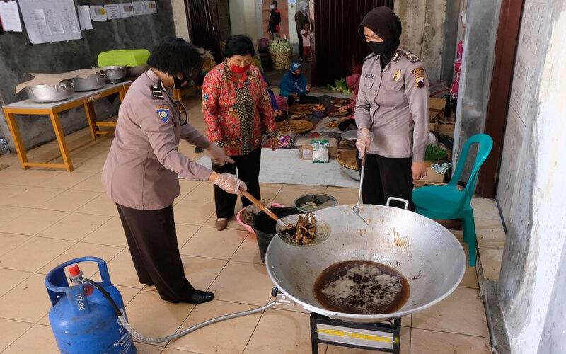Sejumlah polisi wanita bersama relawan memasak untuk pengungsi di tempat pengungsian Merapi Desa Deyangan, Magelang, Jawa Tengah, Jumat (20/11/2020). - Antara/Anis Efizudin.