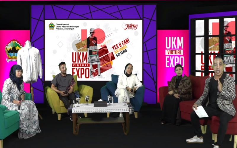 (Dari kiri) Desainer Jawa Tengah Indriya Aryanto, Ferry Setiawan, Risa Maharani, dan Ina Priyono, dipandu oleh MC Sarjoeholic dalam acara Fashion Talk sebagai rangkaian acara UKM Expo 2.