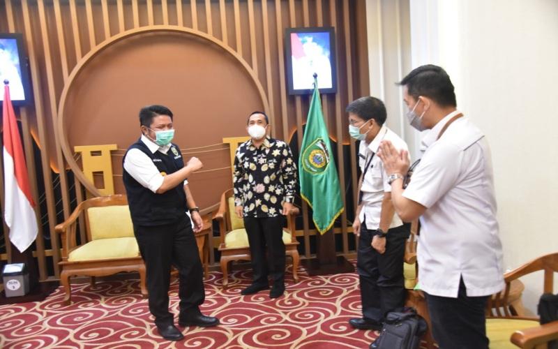 Gubernur Sumsel Herman Deru (dari kiri) bersama Walikota Lubuk Linggau Prana Putra Sohe usai membahas pembangunan kawasan wisata terpadu Petanang. istimewa