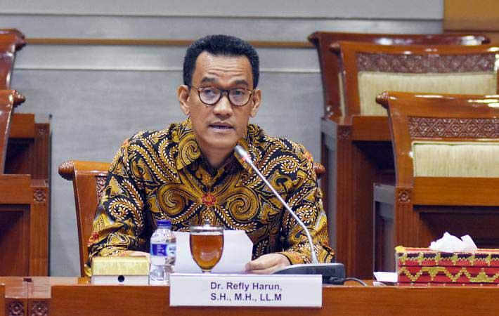 Peserta seleksi calon Hakim Mahkamah Konstitusi (MK) Refly Harun menyampaikan pendapatnya saat mengikuti uji kelayakan dan kepatutan calon Hakim MK oleh Komisi III DPR di Kompleks Parlemen, Senayan, Jakarta, Rabu (6/2/2019). - ANTARA/Indrianto Eko Suwarso