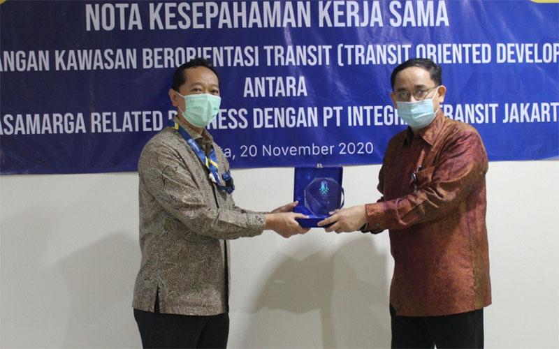 Direktur Utama PT JMRB Cahyo Satrio Prakoso (kiri) dan Dirut ITJ Agus Himawan meneken MoU proyek TOD TMII. - Jasa Marga