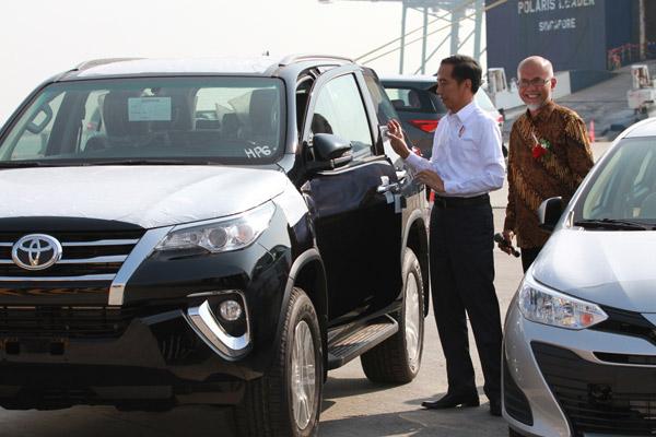 Presiden Joko Widodo, dan Presiden Director PT Toyota Motor Manufacturing Indonesia (TMMIN) Warih Andang Cahyono pada acara peluncurkan ekspor mobil Toyota di Tanjung Priok Car Terminal, Pelabuhan Tanjung Priok, Jakarta, Rabu (5/9) pagi.  - TMMIN