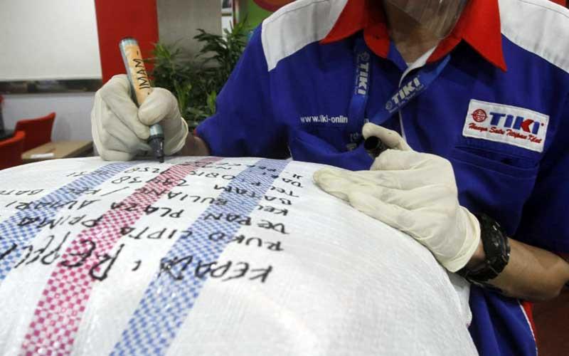 Karyawan melayani melabeli barang yang akan dikirim di salah satu gerai Tiki di Jakarta, Selasa (7/7/2020). Bisnis - Himawan L Nugraha