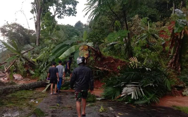 Tim gabungan di Cianjur, Jawa Barat, Jumat (20/11/2020) berusaha memindahkan material longsor untuk membuka kembali jalan penghubung. - Dok. BNPB