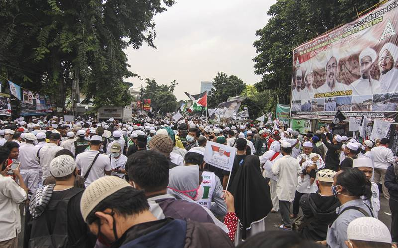 Massa menunggu kedatangan Habib Rizieq Shihab di Markas Besar FPI, Petamburan, Jakarta, Selasa (10/11/2020).  - Antara
