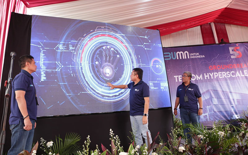 Direktur Utama Telkom Indonesia Ririek Adriansyah (tengah) bersama Direktur Network & IT Solution Telkom Herlan Wijanarko (kanan) dan Direktur Wholesale & International Service Telkom Dian Rachmawan melakukan seremoni groundbreaking HyperScale Data Center Telkom di area Bekasi, Kamis (9/7). - Istimewa