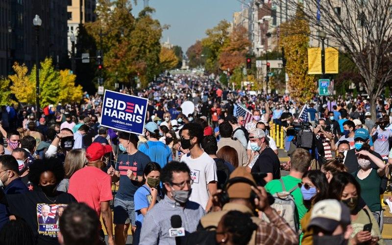 Masyarakat AS merayakan terpilihnya Joe Biden sebagai presiden di dekat Gedung Putih, Washington DC pada Sabtu (7/11/2020) - Bloomberg\r\n