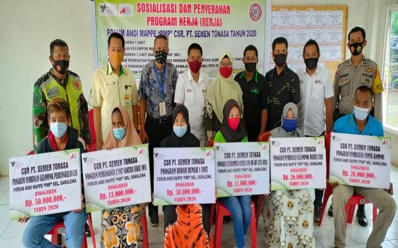 Manajemen PT. Semen Tonasa menyerahkan bantuan kepada masyarakat yang bermukim di sekitar lokasi operasional perusahaan - Istimewa
