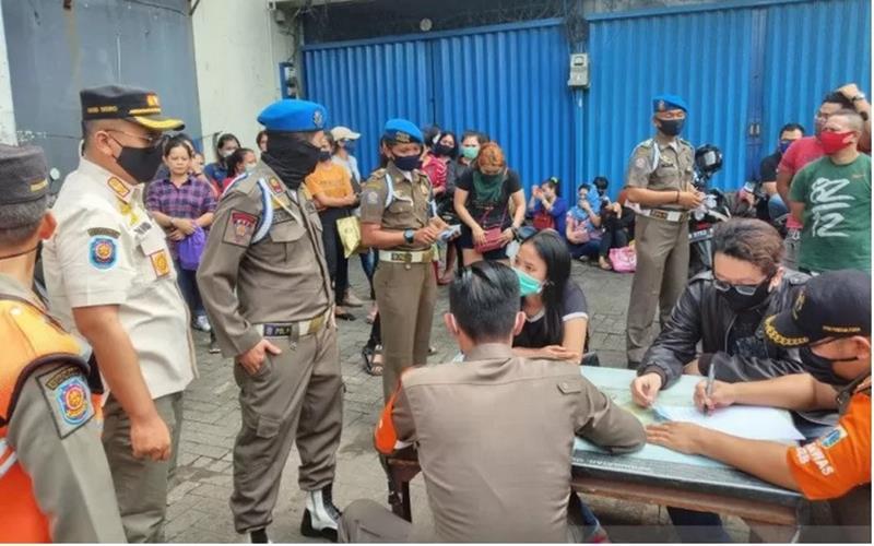 Situasi pendataan usai penggerebekan Diskotek Top One, Daan Mogot 1, Jakarta Barat, Jumat (3/7) pagi, yang terindikasi beroperasi di tengah masa Pembatasan Sosial Berskala Besar (PSBB) transisi fase 1 pandemi Covid-19. - Antara\n\n