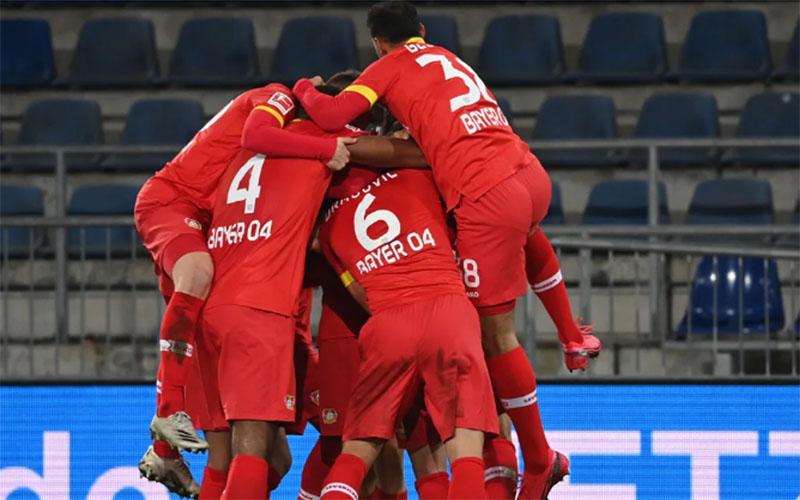 Para pemain Bayer 04 Leverkusen merayakan gol ke gawang Arminia Bielefeld. - Bundesliga.com