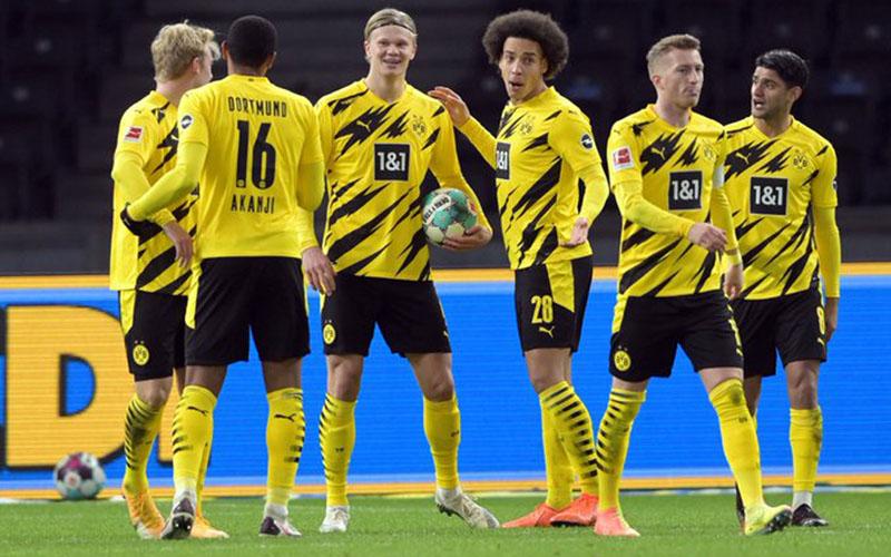 Para pemain Borussia Dortmund merayakan gol yang dicetak Erling Haaland (ketiga kiri) ke gawang Hertha Berlin. - Twitter@BVB