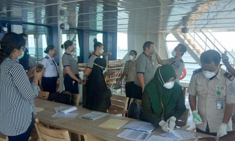 Sebagai langkah antisipasi penyebaran Covid-19, Tim Kantor Kesehatan Pelabuhan (KKP) Makassar melakukan  pemeriksaan kesehatan terhadap ABK dan penumpang Kapal Pesiar MS Coral di zona karantina denga jarak 2 mil dari Pelabuhan Soekarno Hatta Makassar, hari ini Rabu (11/3/2020).  - Foto: KKP Makassar