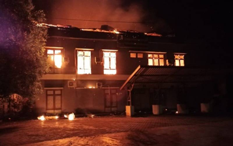 Kantor Dispenda Kabupaten Jayapura, Sabtu malam (21/11/2020) terbakar./ Antara - HO/Polres Jayapura