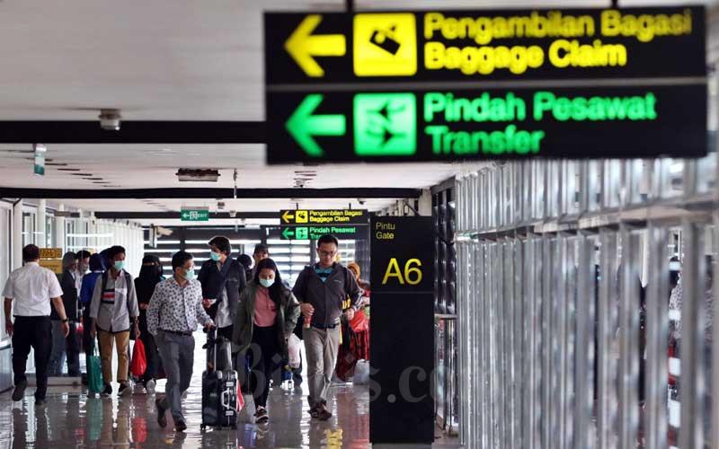 Sejumlah penumpang melakukan check-in di Terminal IA Bandara Soekarno Hatta, Tangerang, Banten, Selasa (17/3/2020).Bisnis - Eusebio Chrysnamurti