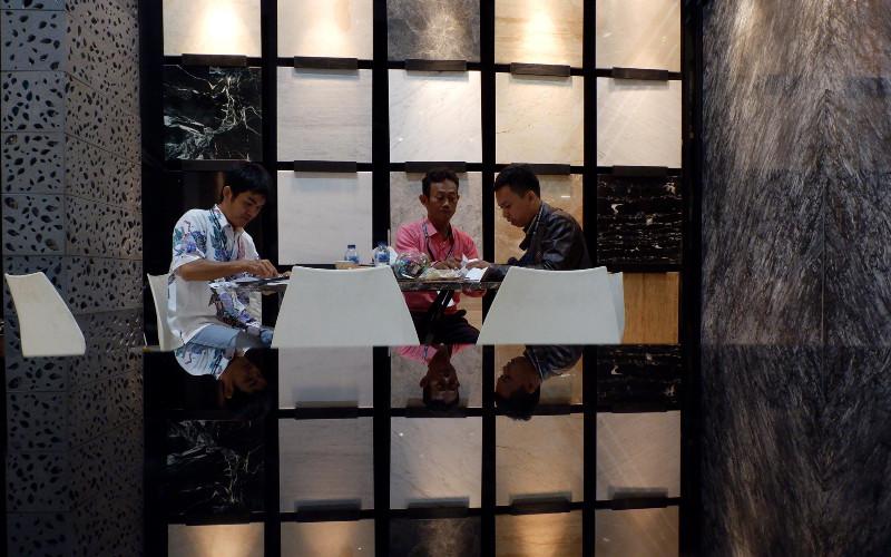 Suasana pada pameran industri bahan bangunan dan Keramik bertajuk Megabuild Indonesia & Keramika 2019 di Jakarta, Jumat (15/3/2019). Pameran yang menghadirkan lebih dari 500 merek ternama dalam industri bahan bangunan, arsitektur, dan desain interior serta jasa konstruksi dari 14 negara ini digelar sejak 14-17 Maret 2019 ini mempertemukan para investor.  - BISNIS.COM