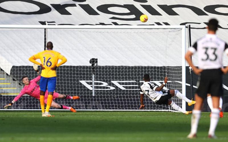 Pemain Fulham Ivan Cavaleiro (kedua kanan) terjatuh ketika mengeksekusi penalti dan bola melambung ke atas mistar gawang Everton. - The Guardian