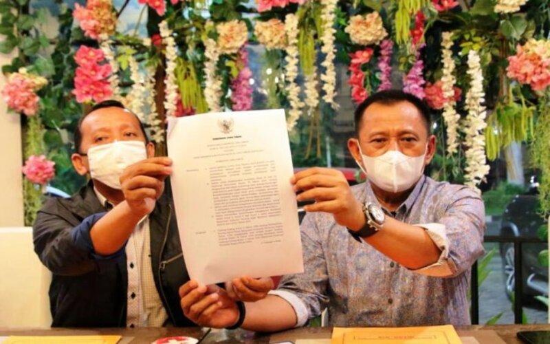 Sekdaprov Jatim Heru Tjahjono (kanan) menunjukkan Surat Keputusan Gubernur Jatim tentang UMK 2021di Surabaya, Minggu (22/11/2020) malam.  - Antara/Humas Pemprov Jatim