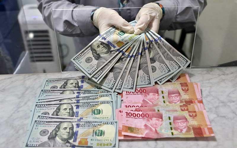 Karyawan menghitung dolar AS di Jakarta, Rabu (18/11/2020). Bisnis - Eusebio Chrysnamurti