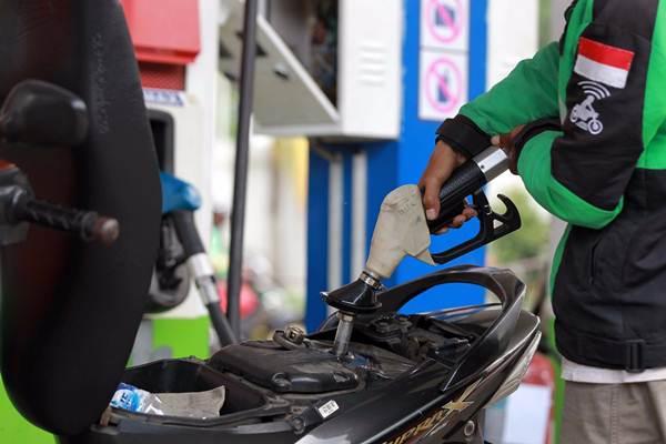 Pengendara mengisi bahan bakar di SPBU, di Jakarta, Senin (9/4/2018). - JIBI/Dwi Prasetya