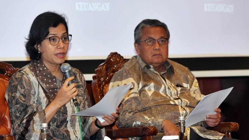 Menteri Keuangan Sri Mulyani Indrawati (kiri) didampingi Ketua Gubernur Bank Indonesia Perry Warjiyo memberikan penjelasan mengenai hasil rapat berkala Komite Stabilitas Sistem Keuangan (KSSK), di Jakarta, Selasa (23/4/2019). - Bisnis/Dedi Gunawan