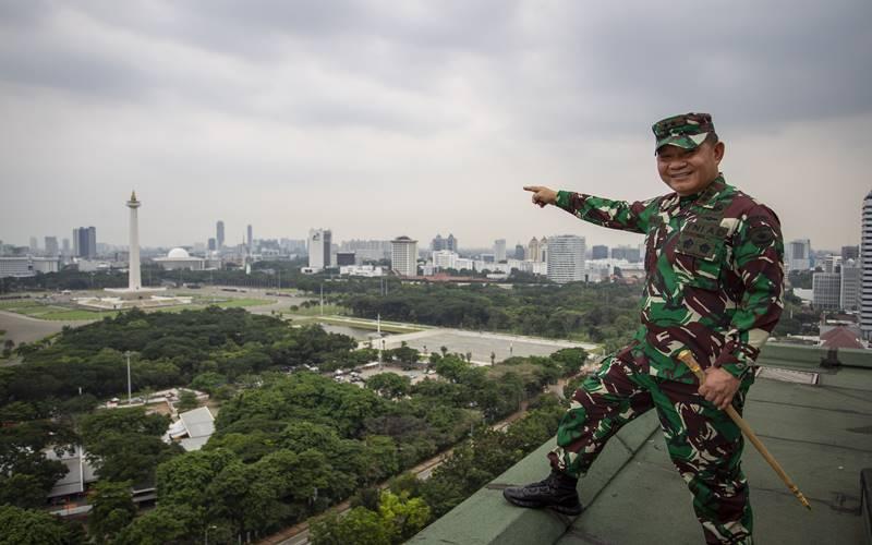 Pangdam Jaya/Jayakarta Mayjen TNI Dudung Abdurachman dalam sesi foto usai mengikuti wawancara khusus dengan LKBN Antara di Wisma Antara, Jakarta, Selasa (27/10/2020). - Antara