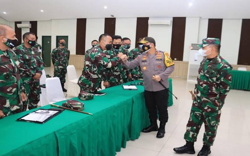 Kapolda Metro Jaya Inspektur Jenderal Mohammad Fadil Imran bertemu Pangdam Jaya Mayor Jenderal Dudung Abdurachman. - PMJnews.com