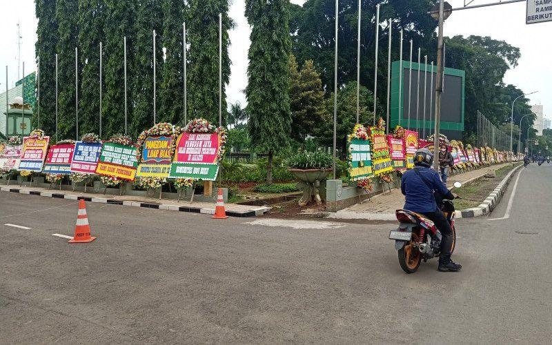 Pengendara motor melintas di depan Makodam Jaya, Cawang, Jakarta Timur yang dihiasi ratusan karangan bunga dukungan kepada Pangdam Jaya Mayen TNI Dudung Abdurachman, Senin (23/11/2020) - Antara/Andi Firdaus