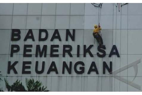 Petugas sedang membersihkan Gedung BPK di Jakarta - Antara