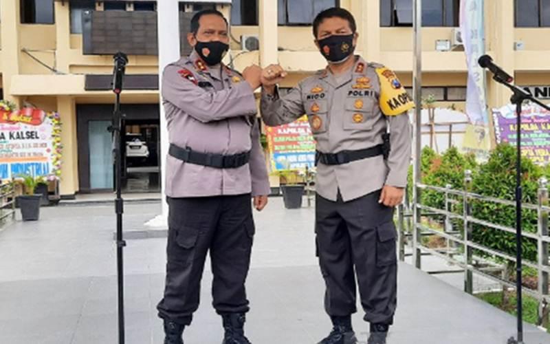 Kapolda Kalimantan Selatan yang baru Irjen Pol Rikwanto bersama Kapolda Jawa Timur Irjen Pol Nico Afinta. - Antara/Firman)
