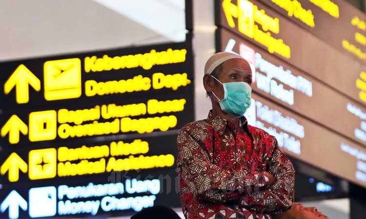 Calon Jamaah Umrah menunggu kepastian untuk berangkat ke Tanah Suci Mekah di Terminal 3 Bandara Soekarno Hatta, Tangerang, Banten, Kamis (27/2/2020). - Bisnis/Eusebio Chrysnamurti