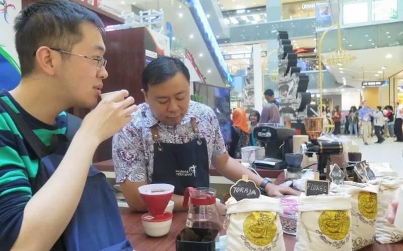 Pengunjung kafe di Beijing, China, mencicipi kopi khas Nusantara.  - Antara