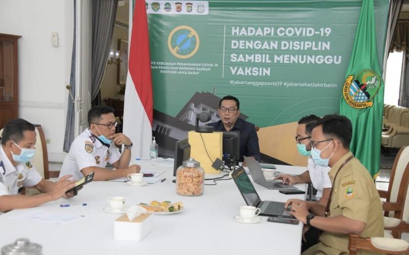 Gubernur Jawa Barat Ridwan Kamil (tengah)
