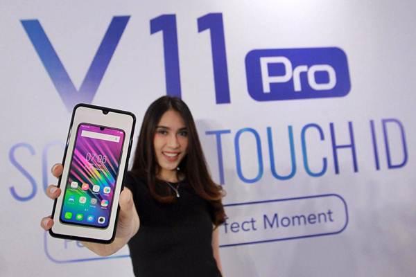 Model memperlihatkan ponsel pintar Vivo V11 Pro saat peluncurannya di Jakarta, Rabu (12/9/2018). - JIBI/Dwi Prasetya